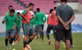 Pesepak bola Timnas Indonesia berlatih saat uji coba lapangan di Phillippine Sport Stadium, Bocaue, Filipina, Jumat (18/11/2016). Timnas Indonesia akan bertanding melawan Thailand pada laga perdana putaran final Grup A AFF Suzuki Cup 2016.