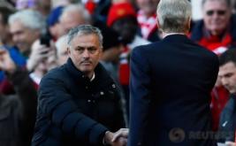 Pelatih Arsenal Arsene Wenger menepati janjinya bersalaman dengan pelatih Manchester United Jose Mourinho saat kedua tim bertemu dalam laga lanjutan di Stadion Old Trafford, Sabtu (19/11/2016). Wenger dan Mourinho merupakan dua pelatih yang sudah lama menjadi rival satu sama lain di Liga Inggris. (Reuters/Jason Cairnduff Livepic)
