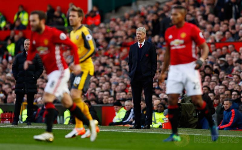 Pelatih Arsenal Arsene Wenger (dua kanan) dan pelatih Manchester United Jose Mourinho (kiri) saat laga Manchester United kontra Arsenal di Stadion Old Trafford, Sabtu (19/11/2016). Wenger menepati janjinya bersalaman dengan Mourinho pada laga ini. Wenger dan Mourinho merupakan dua pelatih yang sudah lama menjadi rival satu sama lain di Liga Inggris. (Reuters/Jason Cairnduff Livepic)