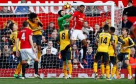 Kiper Arsenal Petr Cech (jersey hijau) meninju bola yang mengarah ke gawangnya. Babak pertama Arsenal kontra Manchester United yang berlangsung di Stadion Old Trafford, Sabtu (19/11/2016), berakhir dengan hasil 0-0. (Reuters/Jason Cairnduff Livepic)