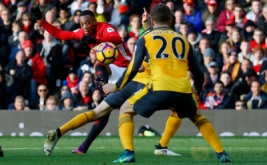 Anthony Martial (kiri) menendang bola saat dikawal dua pemain Arsenal. (Reuters/Phil Noble Livepic)