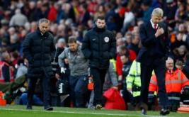 Pelatih Arsenal Arsene Wenger (kanan) dan pelatih Manchester United Jose Mourinho (kiri) meninggalkan lapangan usai babak pertama yang berakhir imbang 0-0. (Reuters/Jason Cairnduff Livepic)