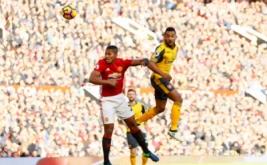 Theo Walcott (kanan) menyundul bola saat dikawal Antonio Valencia. Babak pertama Arsenal kontra Manchester United yang berlangsung di Stadion Old Trafford, Sabtu (19/11/2016), berakhir dengan hasil 0-0. (Reuters/Jason Cairnduff Livepic)