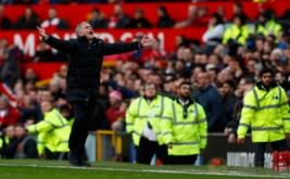 Pelatih Manchester United Jose Mourinho menunjukkan kekecewaan karena wasit tidak memberikan hadiah penalti setelah Valencia terjatuh di kotak penalti Arsenal pada laga yang dihelat di Stadion Old Trafford, Sabtu (19/11/2016). (Reuters/Jason Cairnduff Livepic)