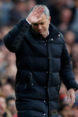 Pelatih Manchester United Jose Mourinho menunjukkan kekecewaan karena wasit tidak memberikan hadiah penalti setelah Valencia terjatuh di kotak penalti Arsenal pada laga yang dihelat di Stadion Old Trafford, Sabtu (19/11/2016). (Reuters/Phil Noble Livepic)