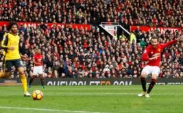 Juan Mata mencetak gol ke gawang Arsenal pada menit ke-68 di Stadion Old Trafford, Sabtu (19/11/2016). Mata mencetak gol usai menerima umpan silang mendatar dari Ander Herrera. (Reuters/Jason Cairnduff Livepic)