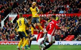 Penyerang Arsenal Olivier Giroud mencetak gol ke gawang Manchester United pada menit ke-89 lewat sundulan, Sabtu (19/11/2016). Memanfaatkan umpan dari Alex Oxlade-Chamberlain, Giroud tanpa ampun menghujam gawang Manchester United lewat tandukannya. (Reuters/Phil Noble Livepic)