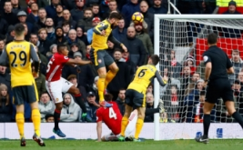Penyerang Arsenal Olivier Giroud (atas) mencetak gol ke gawang Manchester United pada menit ke-89 lewat sundulan, Sabtu (19/11/2016). Memanfaatkan umpan dari Alex Oxlade-Chamberlain, Giroud tanpa ampun menghujam gawang Manchester United lewat tandukannya. (Reuters/Jason Cairnduff Livepic)
