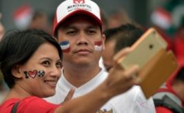 Suporter Indonesia berswafoto ketika menyaksikan pertandingan Timnas Indonesia melawan Thailand pada laga perdana putaran final Grup A AFF 2016 di Philippinne Sport Stadium, Boceue, Filipina, Sabtu (19/11/2016). Ratusan suporter mendukung Timnas Indonesia untuk berlaga di kejuaraan AFF Suzuki Cup 2016.