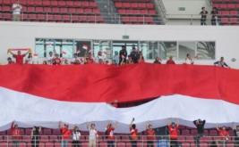 Suporter Indonesia membentangkan bendera merah putih raksasa ketika menyaksikan pertandingan Timnas Indonesia melawan Thailand pada laga perdana putaran final Grup A AFF 2016 di Philippinne Sport Stadium, Boceue, Filipina, Sabtu (19/11/2016). Ratusan suporter mendukung Timnas Indonesia untuk berlaga di kejuaraan AFF Suzuki Cup 2016.
