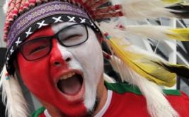 Suporter Indonesia dengan wajah berwarna merah putih ketika menyaksikan pertandingan Timnas Indonesia melawan Thailand pada laga perdana putaran final Grup A AFF 2016 di Philippinne Sport Stadium, Boceue, Filipina, Sabtu (19/11/2016). Ratusan suporter mendukung Timnas Indonesia untuk berlaga di kejuaraan AFF Suzuki Cup 2016.