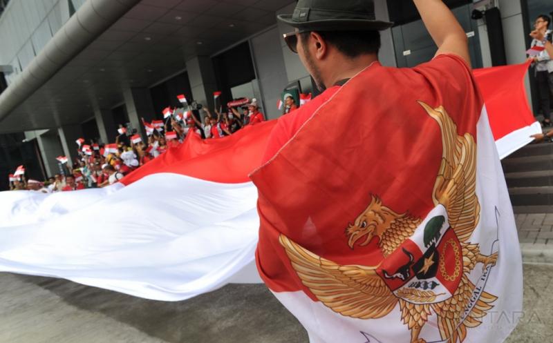 Suporter Indonesia membentangkan bendera merah putih raksasa sebelum menyaksikan pertandingan Timnas Indonesia melawan Thailand pada laga perdana putaran final Grup A AFF 2016 di Philippinne Sport Stadium, Boceue, Filipina, Sabtu (19/11/2016). Ratusan suporter mendukung Timnas Indonesia untuk berlaga di kejuaraan AFF Suzuki Cup 2016.