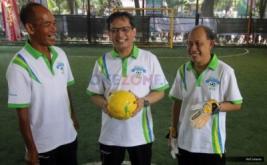Direktur Umum dan SDM BPJS Ketenagakerjaan Naufal Mahfudz (tengah), Ketua BPJS Ketenagakerjaan Journalists Club Ridwan Max Sijabat (kiri) dan Kepala Devisi Komunikasi BPJS Ketenagakerjaan Abdul Latief Algaff (kanan) saat pembukaan turnamen futsal BPJS Ketenagakerjaan Futsal Challenge (BFC) 2016 di Jakarta, Sabtu (19/11/2016). Turnamen yang ke-7 kalinya ini diselenggarakan dalam rangka memperingati HUT ke-39 BPJS Ketenagakerjaan yang jatuh 5 Desember mendatang.
