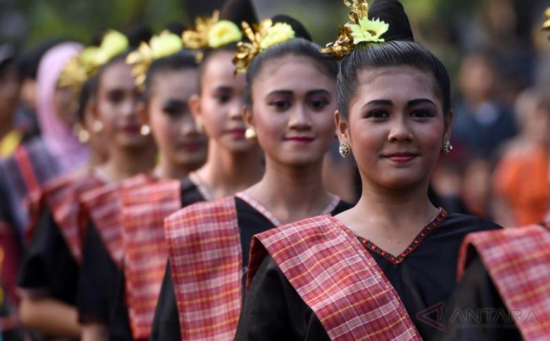 Kemeriahan Pawai Budaya Lombok-Sumbaya di Surabaya