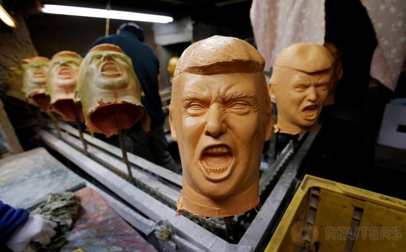 Produksi Topeng Berbentuk Wajah Donald Trump