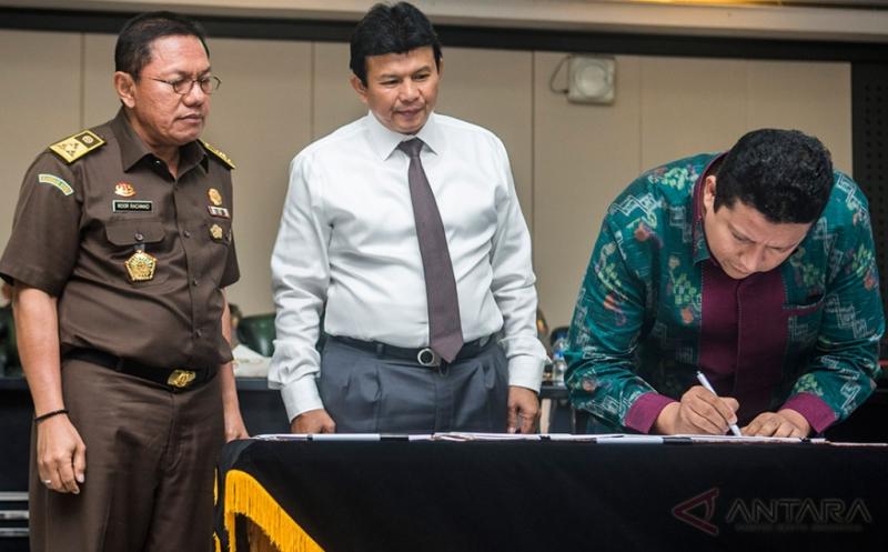 Ketua Bawaslu Muhammad (kanan) menandatangani peraturan bersama yang disaksikan Kabareskrim Polri Komjen Pol Ari Dono Sukmanto (tengah) dan Jaksa Agung Muda Pidana Umum (Jampidum) Noor Rachmad (kiri) di Mabes Polri, Jakarta, Senin (21/11/2016). Peraturan bersama antara Bawaslu, Polri, dan Kejaksaan RI tersebut tentang penegakkan hukum dalam Pilkada serentak.