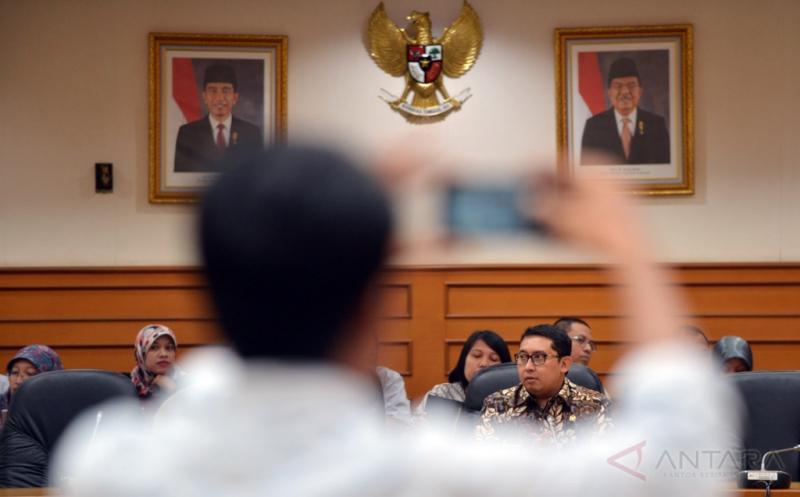 Wakil Ketua DPR Fadli Zon memimpin rapat perdana Panitia Khusus (Pansus) RUU Penyelenggaran Pemilihan Umum (Pemilu) di Komplek Parlemen Senayan, Jakarta, Senin (21/11/2016). Rapat ini bergadendakan pemilihan pimpinan Pansus.