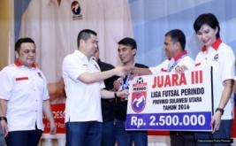 Ketua Umum Partai Perindo Hary Tanoesoedibjo secara simbolis menyerahkan hadiah kepada juara III Liga Futsal Perindo Provinsi Sulawesi Utara Tahun 2016 di Manado, Sulawesi Utara, Senin (21/11/2016).