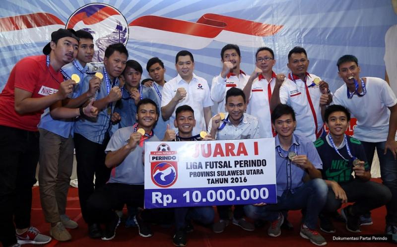 Ketua Umum Partai Perindo Hary Tanoesoedibjo foto bersama juara I Liga Futsal Perindo Provinsi Sulawesi Utara Tahun 2016 di Manado, Sulawesi Utara, Senin (21/11/2016).