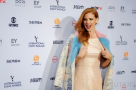 Sarah Rafferty Tampil Elegan dengan Gaun Emas di International Emmy Awards