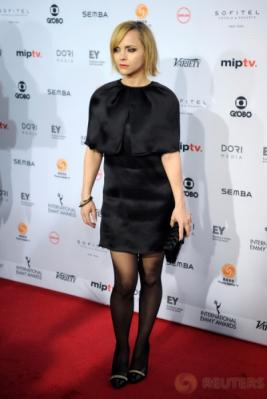 Hadiri International Emmy Awards, Christina Ricci Pilih Kenakan Busana Hitam