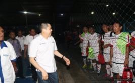 Ketua Umum Partai Perindo yang juga Ketua Umum FFI Hary Tanoesoedibjo menyapa pemain futsal usai mengukuhkan pengurus Asosiasi Futsal Provinsi Maluku, Sulbar, dan Gorontalo, Selasa (22/11/2016).
