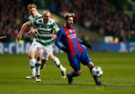 Pemain Celtic Scot Brown saat menghalau bola dengan Lionel Messi pada pertandingan Liga Champions penyisisan   Grup C, Celtic Park vs FC Barcelona  di Celtic Park, Skotlandia, Kamis (24/11/2016). Barcelona lolos 16 besar usai mengalahkan Celtic 0-2 berkat dua gol dari Lionel Messi.Reuters / Russell Cheyne