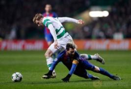 Lionel Messi terjatu saat berebut bola dengan Stuart Amstrong pada pertandingan Liga Champions penyisisan Grup C, Celtic Park vs FC Barcelona  di Celtic Park, Skotlandia, Kamis (24/11/2016). Barcelona lolos 16 besar usai mengalahkan Celtic 0-2 berkat dua gol dari Lionel Messi.Reuters / Lee Smith