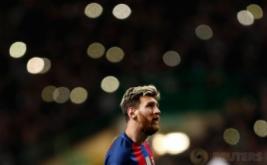 Lionel Messi saat melihat layar digital pada pertandingan Liga Champions penyisisan Grup C, Celtic Park vs FC Barcelona  di Celtic Park, Skotlandia, Kamis (24/11/2016). Barcelona lolos 16 besar usai mengalahkan Celtic 0-2  berkat dua gol dari Lionel Messi.Reuters / Lee Smith