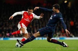 Pemain Arsenal Alexis Sanchez  menggiring bola dan dijegal oleh pemain Paris Saint Germain Thiago Motta pada pertandingan Liga Champions penyisihan Grup A, di Stadion Emirates, Inggris, Kamis (24/11/2016). Hasil imbang 2-2 membawa Arsenal dan PSG lolos ke 16 besar.Reuters/John Sibley