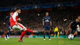 Olivier Giroud saat mencetak gol lewat titik putih pada pertandingan Liga Champions penyisihan Grup A, di Stadion Emirates, Inggris, Kamis (24/11/2016). Hasil imbang 2-2 membawa Arsenal dan PSG lolos ke 16 besar.Reuters/John Sibley