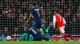 Gol bunuh diri dari pemain PSG Marco Verrati pada pertandingan Liga Champions penyisihan Grup A, di Stadion Emirates, Inggris, Kamis (24/11/2016). Hasil imbang 2-2 membawa Arsenal dan PSG lolos ke 16 besar.Reuters/Eddie Keogh