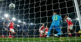 Gol bunuh diri pemain Arsenal Alex Iwobi pada pertandingan Liga Champions penyisihan Grup A, di Stadion Emirates, Inggris, Kamis (24/11/2016). Hasil imbang 2-2 membawa Arsenal dan PSG lolos ke 16 besar.Reuters/Eddie Keogh