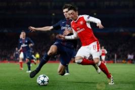 Pemain PSG Thomas Meunier saat merebut bola dari Mesut Oziel pada pada pertandingan Liga Champions penyisihan Grup A, di Stadion Emirates, Inggris, Kamis (24/11/2016). Hasil imbang 2-2 membawa Arsenal dan PSG lolos ke 16 besar.Reuters/Stefan Wermuth