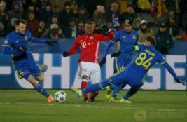 Pemain Bayern Munchen Douglas Costa saat dibayangi tiga pemain Rostov pada pertandingan Liga Champions, Penyisihan Grup D di Olimp 2 Stadium, Russia, kamis (24/11/2016). Kemenangan ini membuat meranjak Rostov ke posisi ketiga klasemen Grup D dengan koleksi empat poin.REUTERS/Maxim Shemetov
