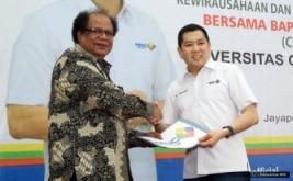 <p>  Bantuan diserahkan secara simbolis kepada Rektor Universitas Ottow Geissler Papua Abraham Werimon.<br />  </p>
