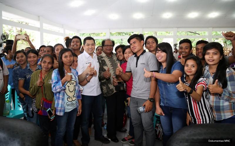 Hary Tanoe Serahkan Dana Pendidikan untuk Mahasiswa Universitas Ottow Geissler Papua