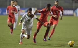Pesepak bola Indonesia Evan Dimas (kiri) berebut bola dengan pesepak bola Singapura Muhammad Shakir Hamzah pada laga putaran final Grup A AFF Suzuki 2016 di Rizal Memorial Stadium, Manila, Filipina, Jumat (25/11/2016). Indonesia melaju ke babak semifinal AFF Suzuki 2016 setelah menang atas Singapura dengan skor 2-1.