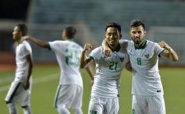 Pesepak bola Indonesia Andik Vermansyah (kiri) dan Stefano Lilipaly meluapkan kegembiraan setelah mengalahkan Singapura pada laga putaran final Grup A AFF Suzuki 2016 di Rizal Memorial Stadium, Manila, Filipina, Jumat (25/11/2016). Indonesia melaju ke babak semifinal AFF Suzuki 2016 setelah menang atas Singapura dengan skor 2-1.