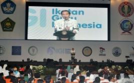 <p>  Peringatan yang diikuti belasan ribu guru dan tenaga kependidikan dari berbagai daerah di Indonesia tersebut mengangkat tema Guru dan Tenaga Kependidikan Mulia Karena Karya.</p>