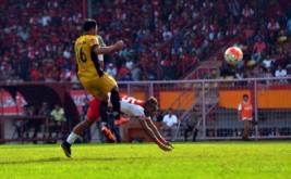 Pesepakbola PSM Makassar Titus Jhon L Bonai terjatuh saat berusaha melewati pesepakbola Mitra Kukar FC Saepuloh Maulana dalam pertandingan Torabika Soccer Championship (TSC) 2016 di Stadion Mattoanging Gelora Andi Mattalatta Makassar, Sulawesi Selatan, Minggu (27/11/2016). Tuan rumah PSM menang dengan skor 2-1.