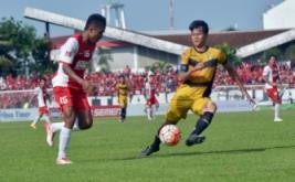 Pesepakbola Mitra Kukar FC Dedy Gusmawan (kanan) berebut bola dengan pesepakbola PSM Makassar Ridwan Tawainela (kiri) dalam pertandingan Torabika Soccer Championship (TSC) 2016 di Stadion Mattoanging Gelora Andi Mattalatta Makassar, Sulawesi Selatan, Minggu (27/11/2016). Tuan rumah PSM menang dengan skor 2-1.