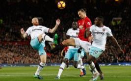 Zlatan Ibrahimovic dikawal tiga pemain West Ham United. (Reuters/Carl Recine Livepic)