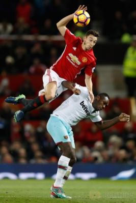 Matteo Darmian (atas) berebut bola dengan Michail Antonio. (Reuters/Carl Recine Livepic)
