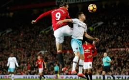 Zlatan Ibrahimovic (kiri atas) mencetak gol ke gawang West Ham United. (Reuters/Carl Recine Livepic)