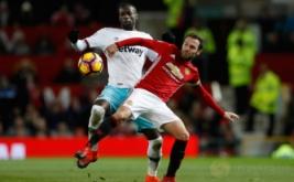 West Ham United Pedro Obiang (kiri) berusaha merebut bola dari kaki Juan Mata. (Reuters/Carl Recine Livepic)