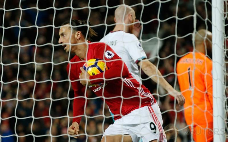 Zlatan Ibrahimovic selebrasi usai mencetak gol ke gawang West Ham United. (Reuters/Carl Recine Livepic)
