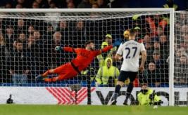 Pemain Chelsea Pedro saat mencetak gol ke gawang Hugo Lloris  pada pertandingan Chelsea vs Tottenham di  Stadion Stamford Bridge Sabtu (26/11/2016). Keunggulan Chelsea 2-1 membuat klubnya bertengger di puncak klasemen. Reuters/Stefan Wermuth