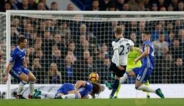 Pemain Totenham Christian Eriksen saat mencetak gol pertamannya ke gawang Chelsea pada pertandingan Chelsea vs Tottenham di  Stadion Stamford Bridge Sabtu (26/11/2016). Keunggulan Chelsea 2-1 membuat klubnya bertengger di puncak klasemen. Reuters/Mattews Childs