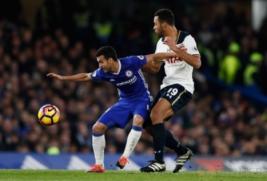 Pemain Chelsea Pedro saat mengontrol bola dari lawannya pemain Tottenham Mousa Dembele pada pertandingan Chelsea vs Tottenham di  Stadion Stamford Bridge Sabtu (26/11/2016). Keunggulan Chelsea 2-1 membuat klubnya bertengger di puncak klasemen. Reuters/ Stefan Wermuth